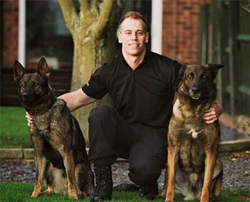 Dog handler PC Dan Thomas with Janus (right) who is retiring along with his replacement Zane (left). (c)NewsTeam